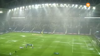 Chove torrencialmente no Dragão.